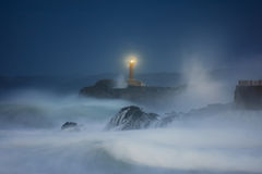 Phare de Mouro à Santander la nuit Photo stock