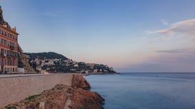 Phare de Nice et de maisons sur des collines par la mer bleue, sous le MOIS photos stock