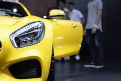 Phare de plan rapproché de voiture de jaune de sport et de fond de porte d'ouverture Image stock