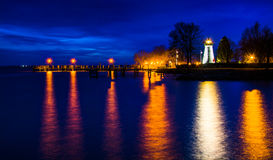 Phare de point d'accord et un pilier la nuit à Le Havre de Grace Images stock