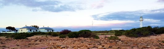 Phare de point et cottages modestes au crépuscule, Spencer Gulf photo stock