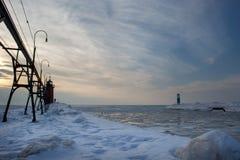 Phare deux pendant les derniers moments de la lumière en hiver Photos libres de droits