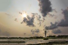 Phare devant un ciel nuageux sur la plage la Caroline du Sud d'île de Sullivan's image stock