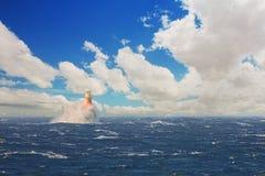 Phare en mer orageuse à la ville de Simons photographie stock libre de droits