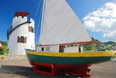 Phare et bateau à voiles sur le Grenada Photos libres de droits