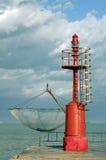 Phare et filet de pêche rouges Images libres de droits