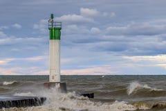 Phare et pilier sur le lac Huron sous un ciel orageux - Ontario, Photographie stock libre de droits