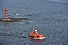 Phare et pilote Cutter près d'île Aland, Finnland, l'Europe Photos stock