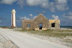 Phare et ruines de la Chambre du garde - Bonaire Image stock