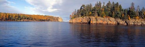 Phare fendu de roche à partir de 1905, le lac Supérieur, Minnesota Image libre de droits