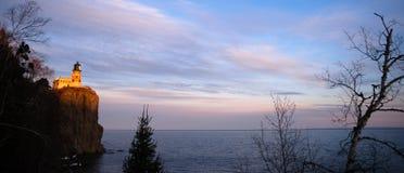 Phare fendu le lac Supérieur Minnesota Etats-Unis de roche Image stock