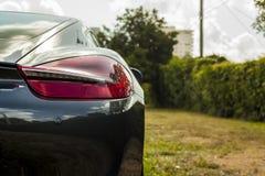 Phare haut étroit de tir d'extrémité de Porsche Cayman Scène urbaine image stock