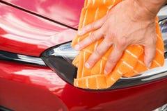 Phare masculin de voiture de nettoyage de travailleur photographie stock