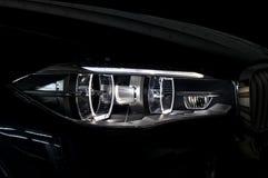 Phare moderne de voiture avec le contre-jour Photographie stock