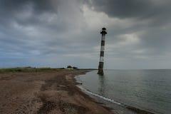 Phare oblique en mer baltique Nuit orageuse sur la plage Kiipsaar, Harilaid, Saaremaa, Estonie, l'Europe Images libres de droits