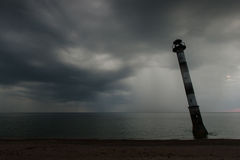 Phare oblique en mer baltique Nuit orageuse sur la plage Kiipsaar, Harilaid, Saaremaa, Estonie, l'Europe photographie stock