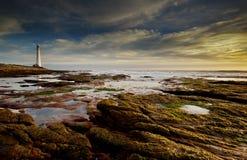 Phare par la mer photographie stock