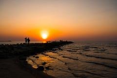 Phare pendant un de derni?re minute du coucher du soleil avec un grand soleil pr?s de l'horizon et du ciel clair photographie stock libre de droits