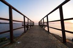 Phare pendant un de derni?re minute du coucher du soleil avec un grand soleil pr?s de l'horizon et du ciel clair photographie stock