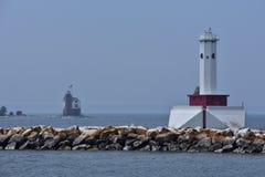 Phare rouge et blanc sur Great Lakes regardant le deuxième phare images stock