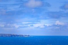 Phare se tenant sur le bord rocailleux de falaise donnant sur l'océan bleu dans l'Australie Photographie stock libre de droits