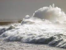 Phare sous de grandes vagues Photographie stock