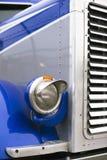 Phare sur l'amortisseur sphérique et partie du gril de radiateur Photographie stock