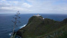 Phare sur la falaise en Santa Maria, Açores Image stock