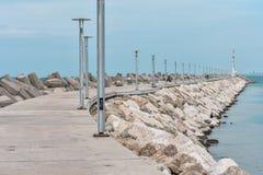 Phare sur la mer, la route au phare photographie stock