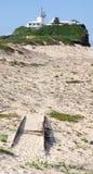 Phare sur la plage de Newcastle Photographie stock libre de droits