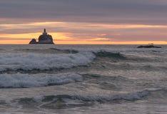 Phare sur la roche de Tillamook photographie stock libre de droits