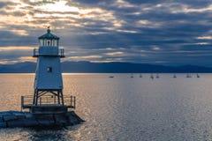 Phare sur le brise-lames de lac photo libre de droits