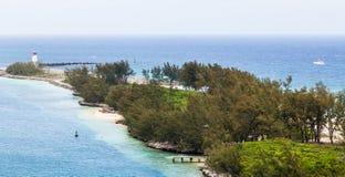 Phare sur le point tropical de terre en Bahamas Photographie stock libre de droits