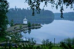 Phare sur le rivage du lac Images stock