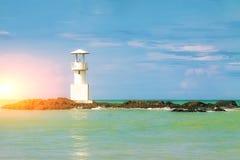 Phare sur une île minuscule au milieu de la mer images libres de droits