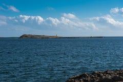 Phare sur une île périphérique dans le méditerranéen image stock