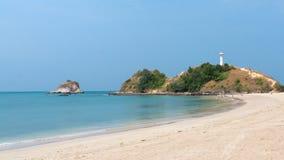 Phare sur une colline à la plage en Thaïlande Photographie stock
