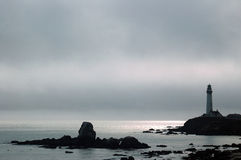 Phare un après-midi brumeux Photographie stock