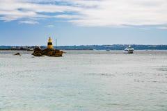 Phares à la roche en mer Photos stock