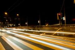 Phares brouillés de véhicule sur la route Photographie stock libre de droits