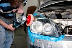 Phares de nettoyage de mécanicien et polissage avec l'amortisseur de puissance Image libre de droits