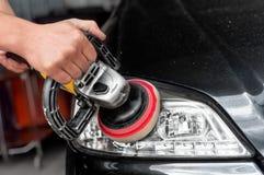 Phares de voiture nettoyant avec la machine d'amortisseur de puissance Photos stock