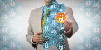 Pharma-Exekutive, die sicher Stück auf Daten zugreift lizenzfreie stockbilder