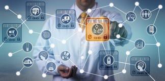 Pharma Logistician som använder IoT som baseras på Blockchain arkivbild
