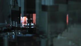 pharmaceutics Фармацевтический работник приводится в действие машину упаковки волдыря таблетки изготовление шприцев Шприц акции видеоматериалы