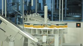 pharmaceutics Allini il trasportatore a macchina per le fiale d'imballaggio delle bottiglie di vetro in scatole alla fabbrica Med Fotografia Stock
