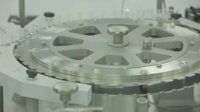 pharmaceutics Den farmaceutiska arbetaren fungerar den förpackande maskinen för minnestavlablåsan tillverkning av injektionssprut stock video