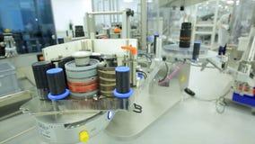 pharmaceutics Den farmaceutiska arbetaren fungerar den förpackande maskinen för minnestavlablåsan tillverkning av injektionssprut royaltyfria foton