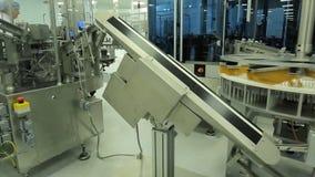 pharmaceutics Den farmaceutiska arbetaren fungerar den förpackande maskinen för minnestavlablåsan tillverkning av injektionssprut arkivbild