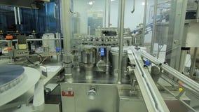 pharmaceutics Den farmaceutiska arbetaren fungerar den förpackande maskinen för minnestavlablåsan tillverkning av injektionssprut fotografering för bildbyråer